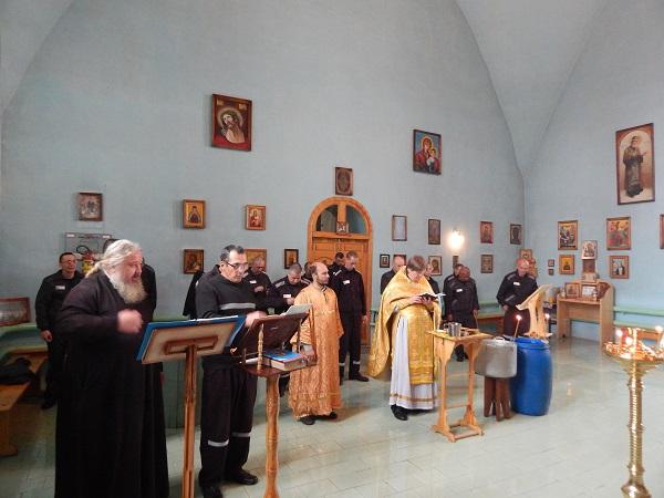 В храме при ИК-12 прошла литургия, таинство исповеди и причастия, а также молебен по освящению воды ВИДЕО