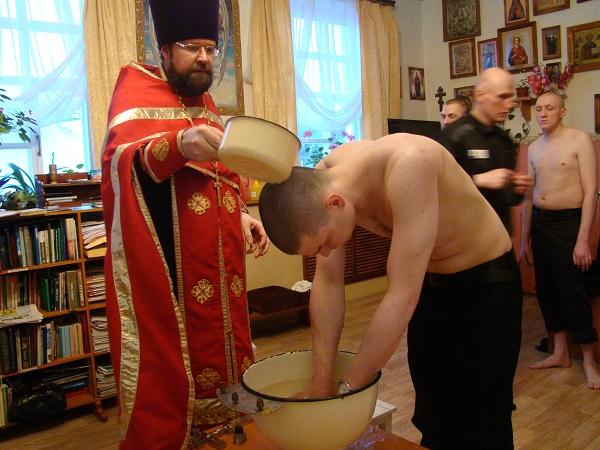 11 осужденных приняли крещение в Храме при ИК-5