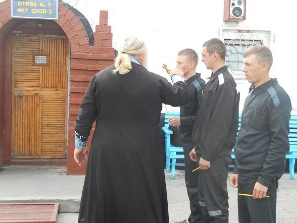 Осужденные в СИЗО-3 приняли обряд крещения
